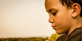 Portrait d'enfant songeur